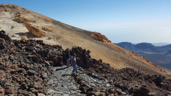 Wanderer auf dem Berg Teide auf Teneriffa.