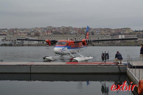 Ein Wasserflugzeug erreicht den Steg in Istanbul Halic.  Von Eminönu und sogar von den Touristenhotels in Sultanahmet kann man bequem zum Pier laufen.  Foto: Christian Maskos
