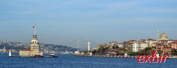 Die Kadiköy-Kabatas und Kadiköy-Besiktas Linien kommen ziemlich nah am Maiden Tower  entlang.   So spart man das Asuflugsboot.  Foto: Christian Maskos