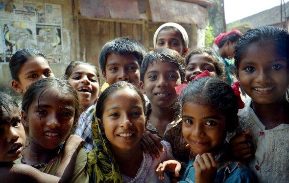 Interessierte Schulkinder im indischen Cochi/Kochin