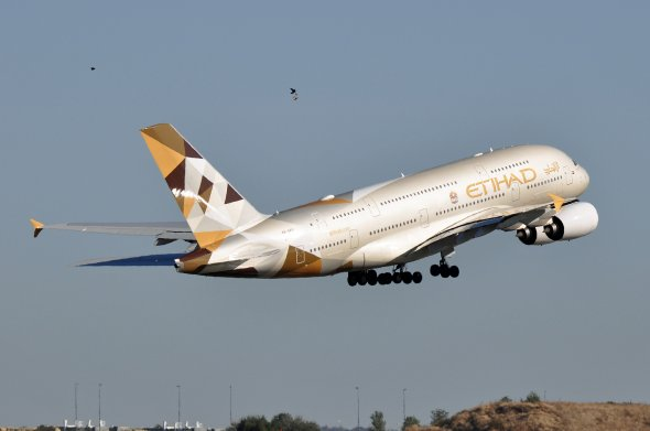 Ein Airbus A380 der arabischen Etihad Airways beim Start in Paris.