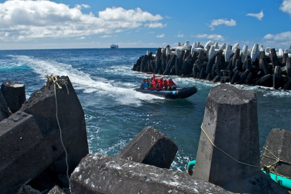 Zodiac bringing expedition members into the small harbour at Tristan da Cunha, Britische Überseegebiete
