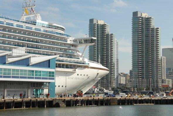 Kreuzfahrtschiff von Princess Cruises im Hafen von San Diego