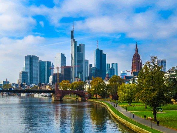 Die imposante Skyline von Deutschlands Mainhattan am Main