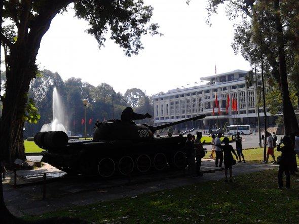 Bild 3, Der Schlusspunkt eines langen Kampfes: Als Panzer des Vietcong auf den Garten von General Thieus Präsidentenpalast vordrangen, endete am 30. April 1975 der Vietnamkrieg. Den Palast der Wiedervereinigung darf heute jeder besuchen.