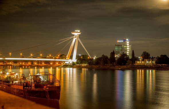 Das abendliche Bratislava an der Donau