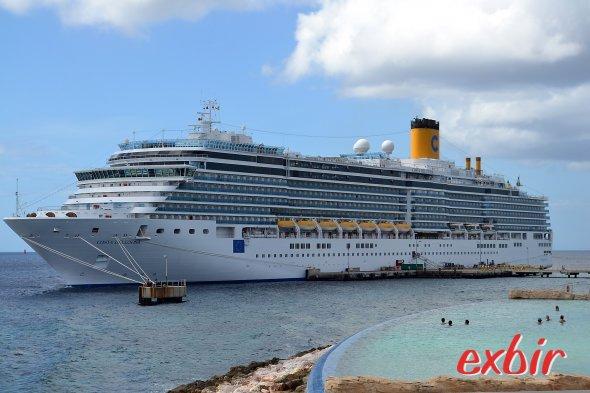 Die Costa Delizosa vor Curacao: Planschen an Land oder auf dem Schiff.  Foto: Christian Maskos