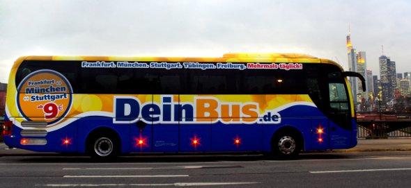 Fernbus aus der Deinbus-Flotte vor der Skyline Frankfurts.