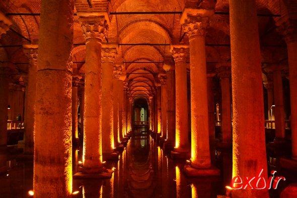 Die unterirdische Zisterne unter dem historischen Sultanahmet ist eine der faszinierenten Sehenswürdigkeiten Istanbuls.  Foto: Christian Maskos