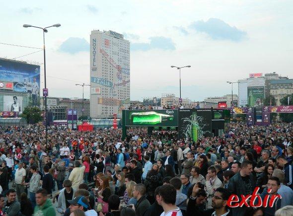 Fanzone in Warschau, im Hintergrund das Novotel mit einer EM-Sonderbemalung. Foto: Christian Maskos