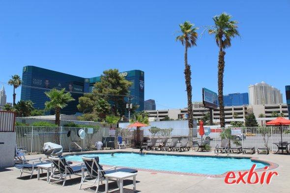 Vom Poolbereich des Howard Johnson Tropicana in Las Vegas hat man eine prima Sicht auf den Strip und das MGM Ressort und Kasino.  Foto: Christian Maskos