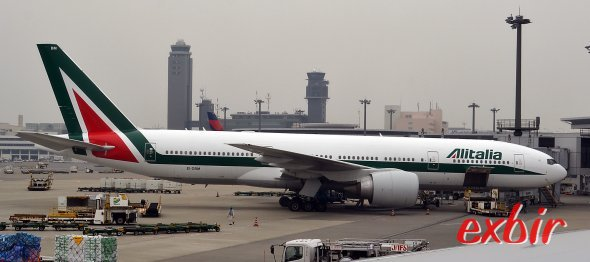 Eine Boeing 777-200 von Alitalia am Flugahfen Narita in Tokyo.  Foto: Christian Maskos