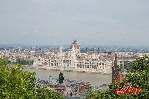Das Burgviertel Sicht vom Burgviertel über die Donau auf das Parlament, Exbir Travel. Christian Maskos